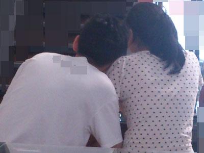 他雙手摟抱女友的手,一頭栽到她肩上,依偎在她身上。